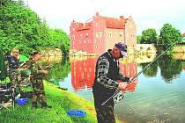 Rybáři na zámeckém rybníku Červené Lhoty