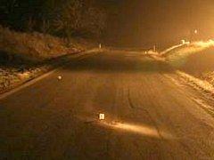 Pohled na místo činu na silnici za Dačicemi, kde nechal vrah svou oběť bez pomoci zemřít.