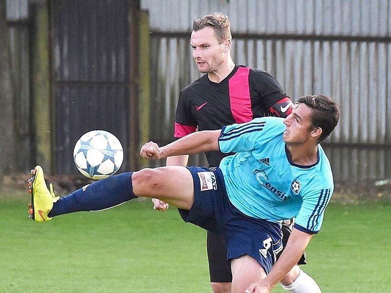 Dačický kapitán Petr Celý (vzadu) bojuje s katovickým Michalem Požárkem, který Centropenu nastřílel čtyři góly.