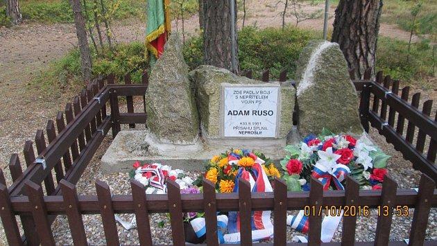 Pomníku padlého pohraničníka na Krabonoši se stal již několikrát terčem neznámých vandalů.