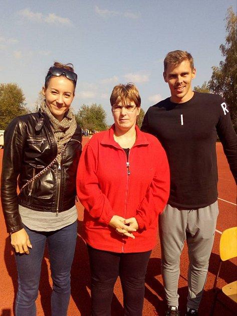Atletičtí reprezentanti Denisa Rosolová a Adam Sebastian Helcelet přijeli na atletický Jindřicháč. Na snímku společně s Irenou Pixovou, která absolvovala závod žen se zdravotním hendikepem.