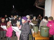 Koledy si s Deníkem ve Velkém Ratmírově zazpívala více než padesátka místních.