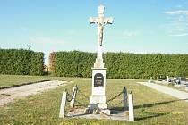 Bratři Procházkové darovali kříž na hřbitově v Dačicích městu. Letos ho čeká generální oprava.
