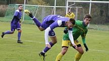 Fotbalisté Třebětic (v zelenožlutém) zvítězili na hřišti Horního Žďáru 2:0 a upevnili si vedoucí příčku I.B třídy sk. D.