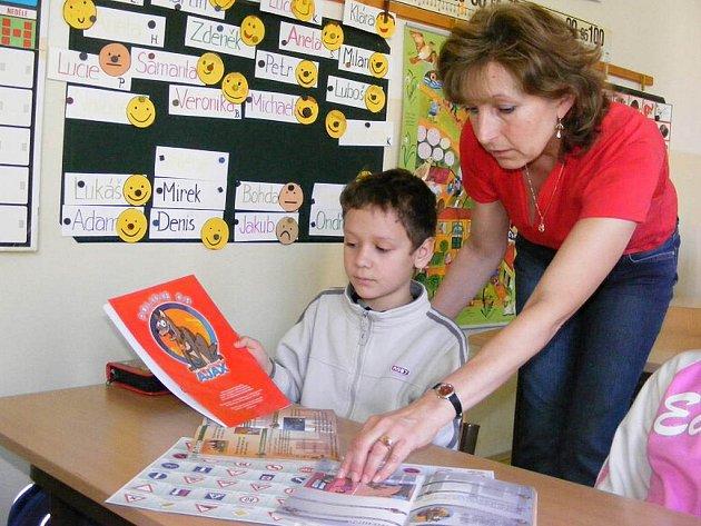 Děti pracují se zápisníkem psa Ajaxe také v Základní škole Nová Včelnice.