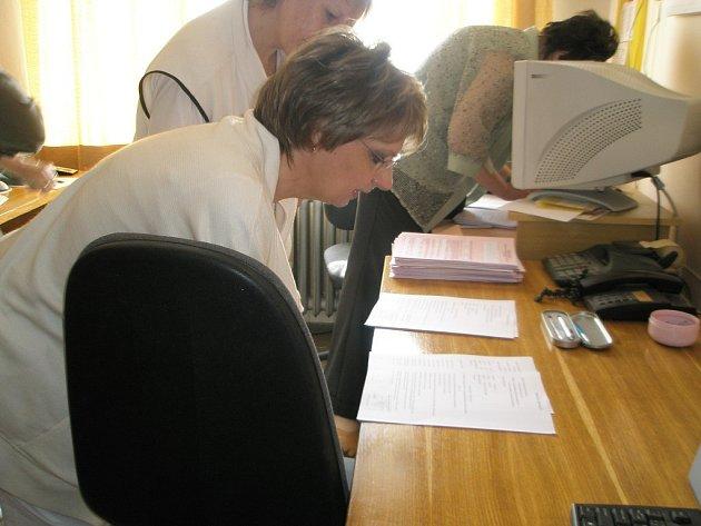 Před podpisem ve čtvrtek studovala pracovní smlouvu také sestra dačické nemocnice Věra Matulková z ambulance alergologie a imunologie.