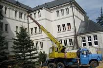 Práce na půdní vestavbě jindřichohradeckého gymnázia pokračuje.