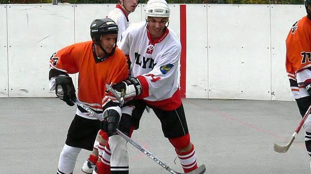 Obránce Petr Jindra (vpravo) byl autorem jediného gólu Olympu, který v zahajovacím utkání hokejbalové první ligy doma podlehl Třemošné 1:5.