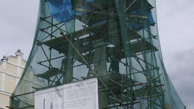 Mariánský sloup v Třeboni je nyní zahalen, restaurují se zde sochy.