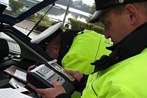 Policisté včera při bezpečnostní akci v Jindřichově Hradci na nábřeží zadrželi řidiče, který měl pozitivní dechovou zkoušku. Na snímku vyhodnocují měření přístroje.