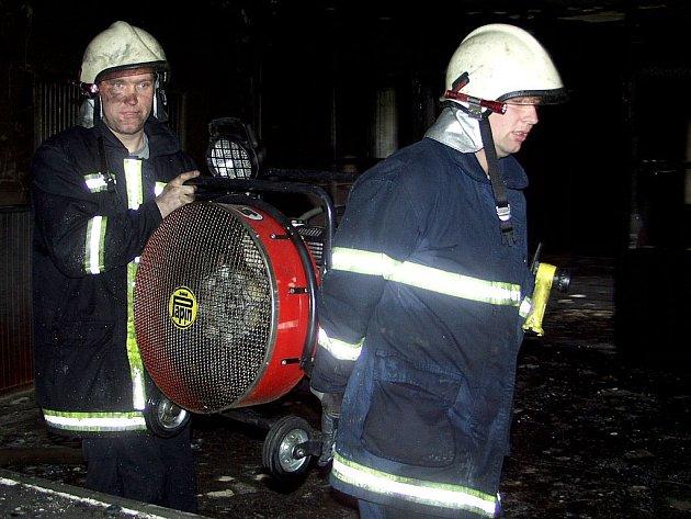 Hasiči zasahují u požáru Kulturního domu v Zahrádkách.