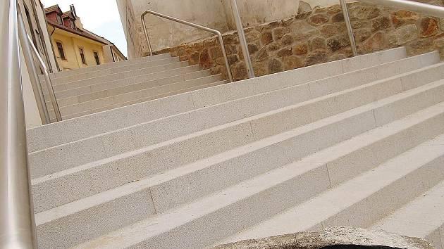 Pohled na nové schody pod Svatojánskou ulicí v Jindřichově Hradci.