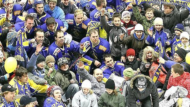 Jindřichohradečtí hokejisté se po utkání s Benešovem ocitli v obležení svých vděčných fanoušků, kteří si společně s hráči vychutnali zasloužený triumf ve II. lize přímo na ledové ploše.