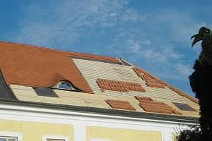 Pohled na jedno ze zbývajících volských ok na střeše zámku ve Stráži nad Nežárkou.