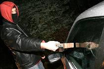 CESTA.  Zloději často vniknou do auta rozbitým okénkem.