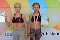 Závodnice hradeckého M.T.K. Kristýna Mašková (vlevo) a Lea Kubíčková si zajistily postup do finále mistrovství republiky ve sportovním aerobiku.
