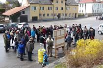 NA ČERTŮV KÁMEN se v sobotu z Lodhéřova na Jindřichohradecku vydalo zhruba osm desítek lidí v rámci Pochodu proti úložišti. Právě zde se nachází jedna z vytipovaných lokalit s názvem Čihadlo pro trvalé hlubinné úložiště radioaktivního odpadu.