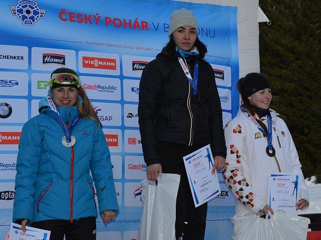Pavla Schorná (vlevo) obsadila v závodě Českého poháru v  Harrachově druhé místo za vítězkou Ditou Hořínkovou z Brna (uprostřed), třetí skončila Kateřina Housková z pražského SK Rover.