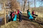 V Třeboni se dobrovolníci již počtvrté připojili k akci Ukliďme Česko.