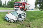 Předjíždění na mokré silnici u Protivína se řidič vymstilo. Po smyku se auto v příkopu několikrát převrátilo. Řidič utrpěl vážné zranění.