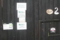 GROWSHOP v Horním Žďáru u Jindřichova Hradce je po pondělním policejním zátahu zavřený. Cedulka Open byla zřejmě otočená jen díky větru.