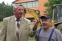 Starosta Jan Kronika a školník Milana Zavadila na místě, kde se připravuje staveniště pro mateřskou školku.