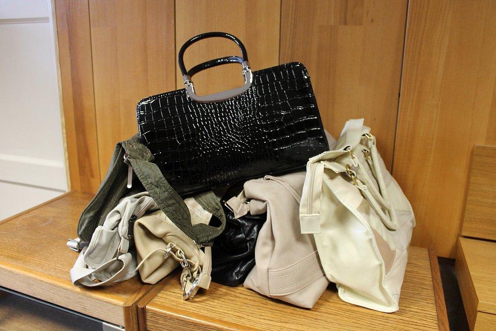 V redakci Jindřichohradeckého deníku se již hromadí první kabelky pro letošní Kabelkový veletrh.