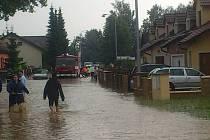 Voda se po bouřce vylila do ulic Kardašovy Řečice.