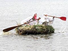 Na rybníku Dřevo v Horní Pěně se objeví netradiční plavidla.