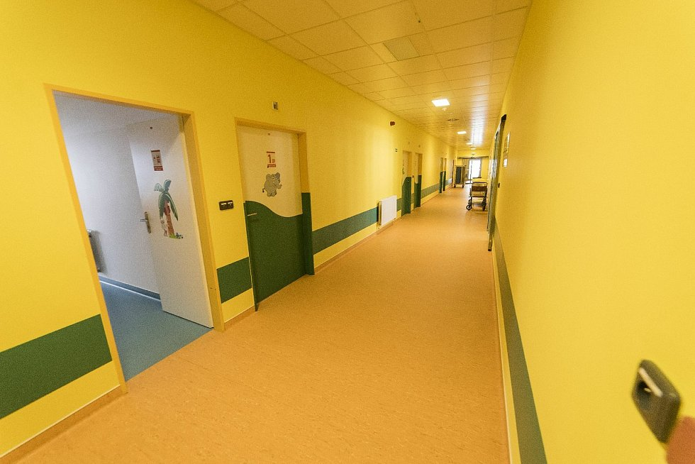 Práva rodičů v Nemocnici Jindřichův Hradec neomezují ani během covidu, rodič může ležet sdítětem vnemocnici, otcové mohou být přítomní u porodu nebo posléze navštívit svého potomka.