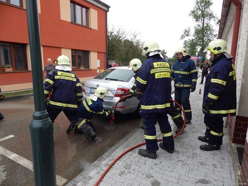 V Lomnici od zábavné pyrotechniky začalo hořet auto. Na místě zasahovali profesionální a místní dobrovolní hasiči.