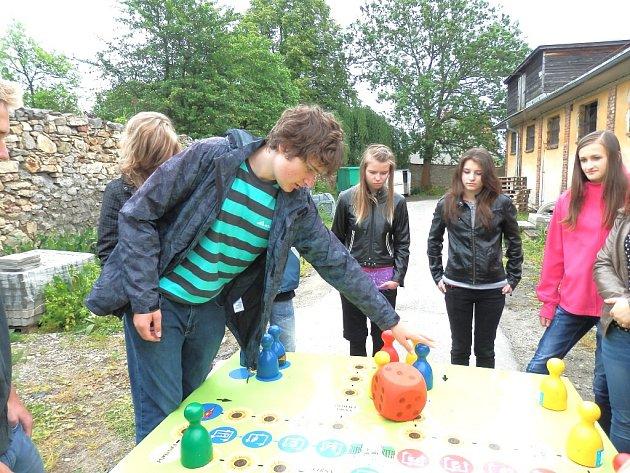 Školáci ve sběrném dvoře v J. Hradci v rámci projektu společnosti Elektrowin.