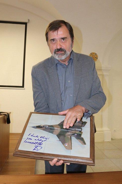 V Muzeu Jindřichohradecka se konala beseda s legendárním pilotem Václavem Vaškem.