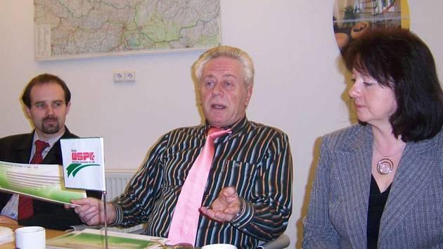 Na snímku o současnosti Sparkasse hovoří její ředitel Gerhard Fuchs. Vpravo je vedoucí úvěrového oddělení Ludmila Kubánková.