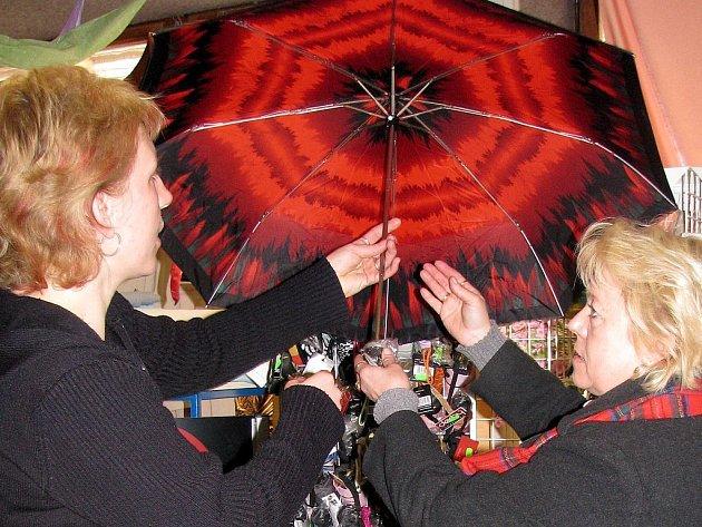 V jndřichohradecké Galanterii IGA vybírala ze široké nabídky deštníků paní Jaroslava Vinklerová ze Strmilova. Zboží jí předváděla prodavačka Jitka Berkovská (vlevo).