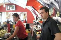 Zatímco některým zisky rostou, Jaroslav Doležal (na snímku) z kavárny Segafredo však hodnotí toto období negativně, a to i přes vysokou odpolední návštěvnost.