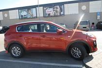 Neznámý řidič ve čtvrtek naboural auto zaparkované u Kauflandu v Hradci.