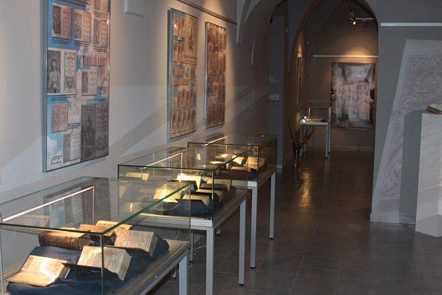 Výročí 220 let od vzniku největší mimopražské tiskárny připomíná právě zahájená výstava Nebeklíče od Landfrasů v Muzeu Jindřihohradecka.