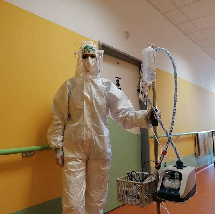 Zdravotnický personál jindřichohradecké nemocnice, který se stará v ochranných oblecích o covidové pacienty.