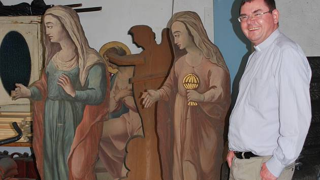 Unikátní sochy objevili v kostele Nanebevzetí Panny Marie. Jejich stáří určí až podrobný průzkum.