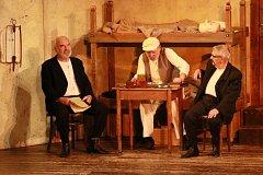 Hradečáci v úterý odpoledne uvítali členy Divadla Járy Cimrmana.