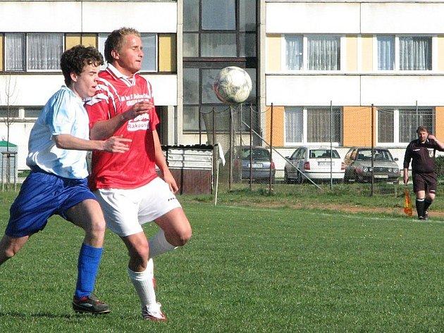 Ve vitorazském derby I. B třídy zvítězily doma České Velenice nad Chlumem 2:0. Na snímku vpravo chlumský Němeček v souboji s domácím Rejchou.