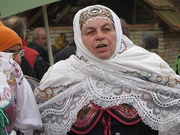 Jarošovskou krojovou družinu si zvou také na různé oslavy. Na snímku je Vlasta Nejedlá (vpravo) s vedoucí souboru Marií Šlechtovou v Plasné v Otevřeném dvoře Proutku.