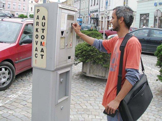Na jindřichohradeckém náměstí Míru zaplatí řidič za půl hodiny parkování 10 korun, za hodinu stání je to už ale 40 korun.