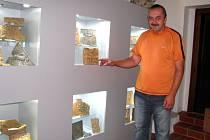 Údržbář hradu Miroslav Šesták ukazuje na unikátní archeologickou sbírku kachlů