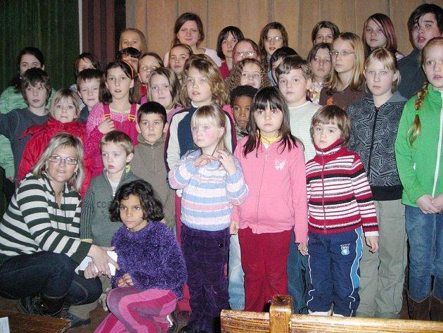 Na snímku je jen část z téměř šedesáti koledníků s organizátorkou –  ředitelkou Oblastní charity v Třeboni Lucií Bickovou.