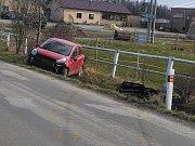 Ve středu dopoledne havarovalo v kopci mezi Jindřichovým Hradcem a Políknem osobní auto. V tomto místě to není první nehoda.