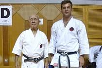 Jaroslav Kulik (vpravo) na snímku s nositelem 10. danu senseiem Schuichim Aragakim.