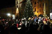 V Třeboni na Masarykově náměstí si koledy zazpívalo na tři stovky lidí.