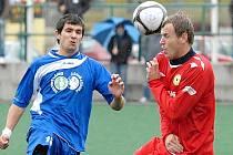 Záložník fotbalistů Třeboně Jakub Janoušek (vlevo).